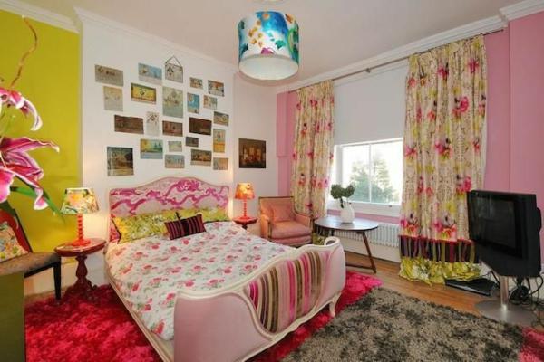 schlafzimmer ideen sommertyp farbpalette kronleuchter bett