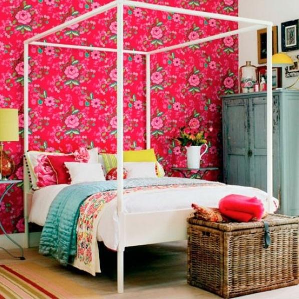 schlafzimmer farbgestaltung sommerpalette rosa wandtapete blumenmuster