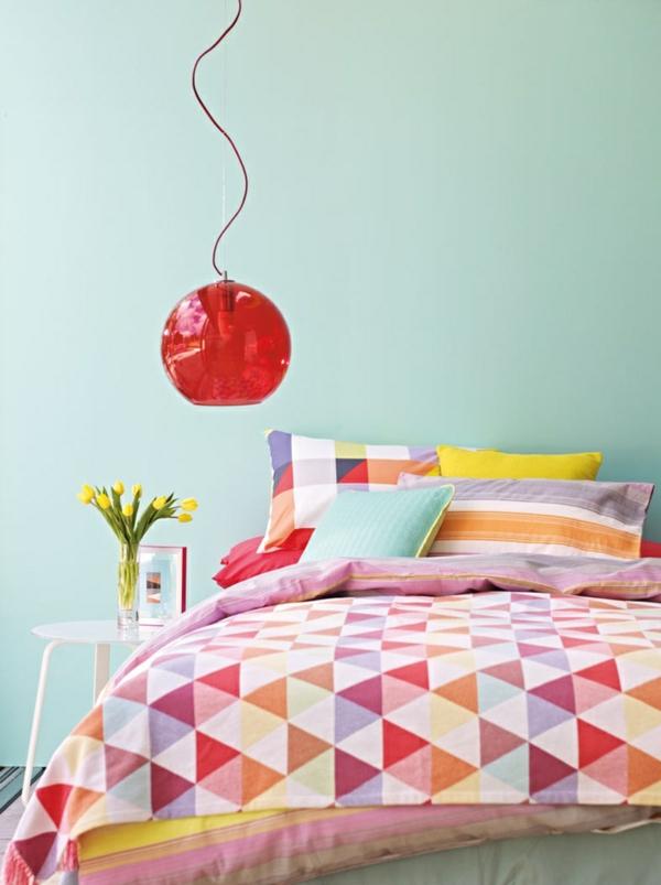 schlafzimmer farbgestaltung sommerpalette rote pendelleuchte bunte bettdecke