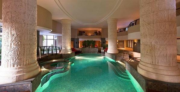 schwimmbecken innenbereich großraum säulen