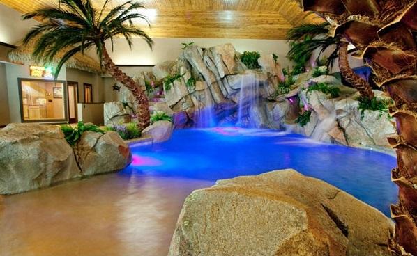 schwimmbecken innenbereich wohnideen palmen wasserfall