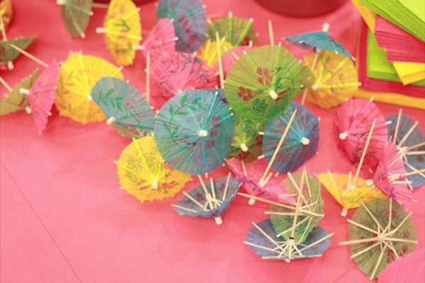 sommerparty deko coctailschirmchen pinke tischdecke