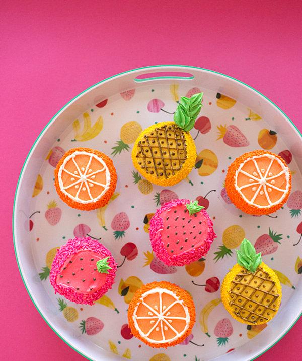 sommerparty deko ideen farbige törtchen leckerbissen