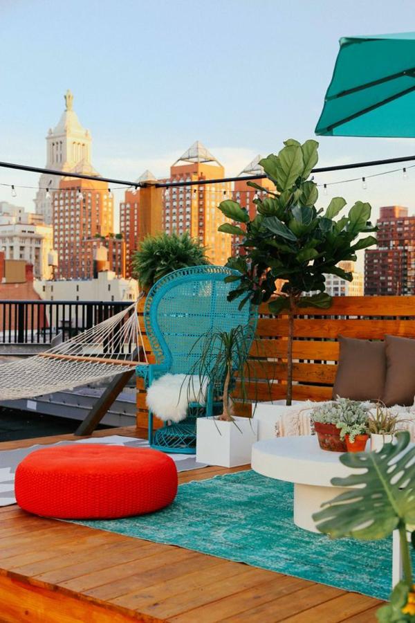 stadtwohnung terrassengestaltung bilder beispiele lounge hängematte sitzkissen korbstuhl