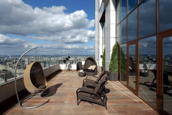 terrassengestaltung beispiele sitzmöglichkeit rattan garten möbel ideen hängestuhl