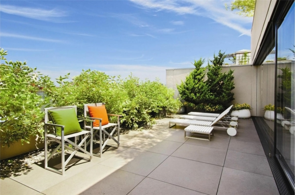 terrassengestaltung beispiele sonnenliege stühle sichtschutz pflanzen