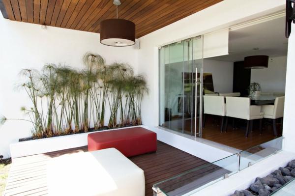 terrassengestaltung beispiele terrassendielen glas schiebetüre polstermöbel hocker pflanzen