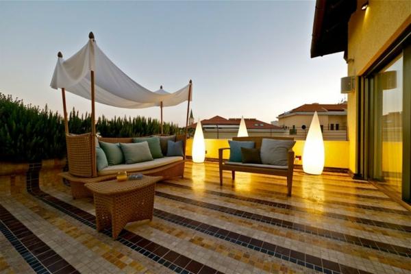 terrassengestaltung bilder beispiele rattan gartenmöbel bodenlampen beleuchtungsideen