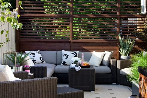 terrassengestaltung ideen beispiele gartenmöbel aus rattan terassensichtschutz aus holzdielen fliesenboden