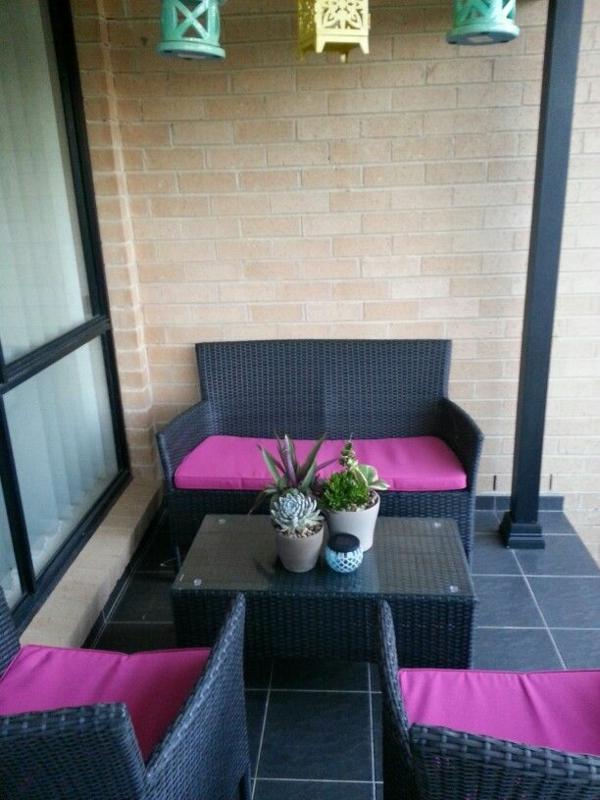 terrassengestaltung patio rattanmöbel outdoor schwarz lila auflage