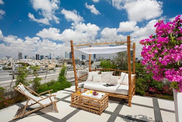 terrassengestaltung patio stilvolles outdoor bett himmelbett tisch