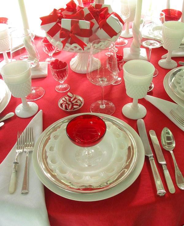 tischdecke rot festliche tischdeko stilvoll elegant rot weiß teller besteck