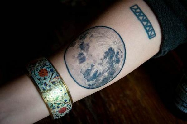 ideen für unterarm tattoo ideen mond realistisch