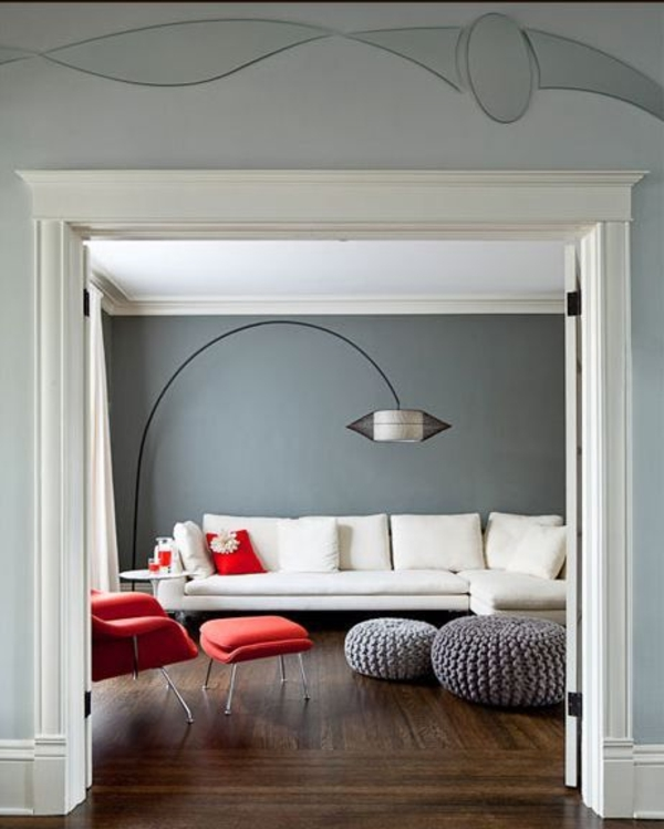 wandfarbe grautöne wohnzimmer design roter sessel weißes sofa