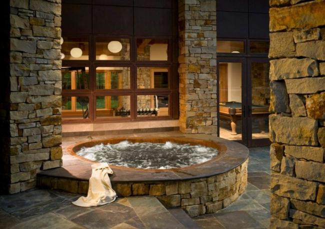 wellness badewanne mit whirlpool holz stein landhausstil ziegelwände