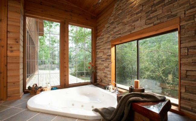 wellness badewanne mit whirlpool holz stein landhausstil