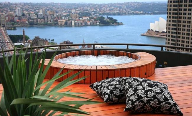 wellness badewanne mit whirlpool rund auf der terrasse terrassendielen