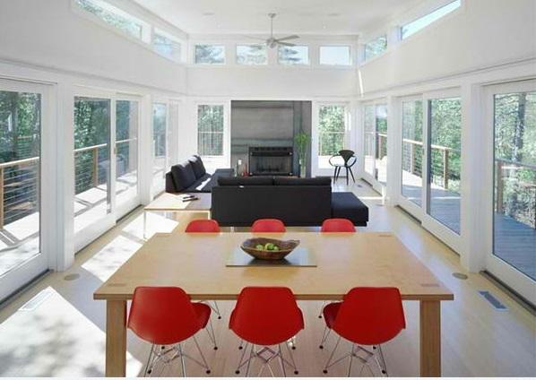 esszimmer gestalten kamin holztisch rote stühle