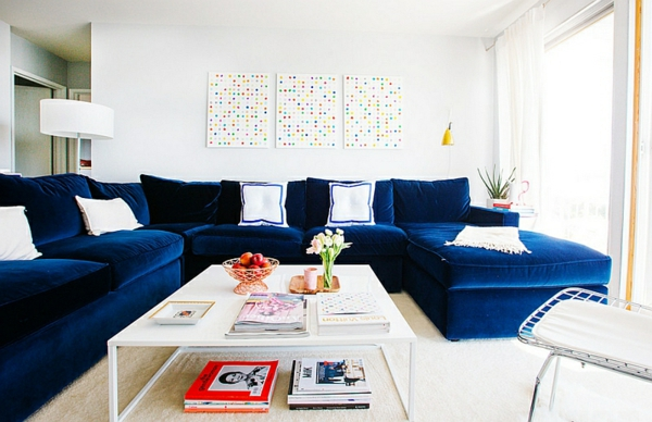 innendesign blau und weiß wohnzimmer blaues sofa