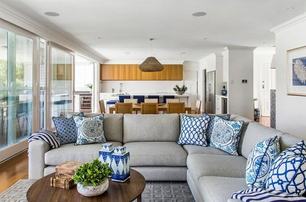 innendesign blau und weiß wohnzimmer keramik dekoration