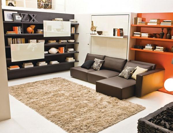 klappbett sofa weißer teppich offenes regalsystem