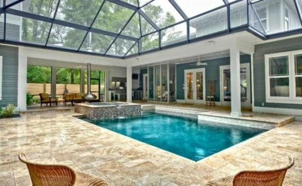 kleines schwimmbecken im innenbereich glasdecke