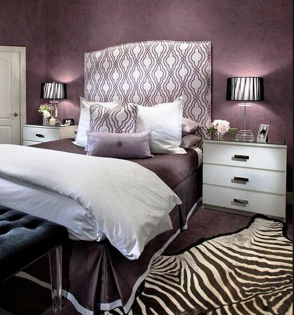 lila schlafzimmer dekokissen teppich bett nachttisch