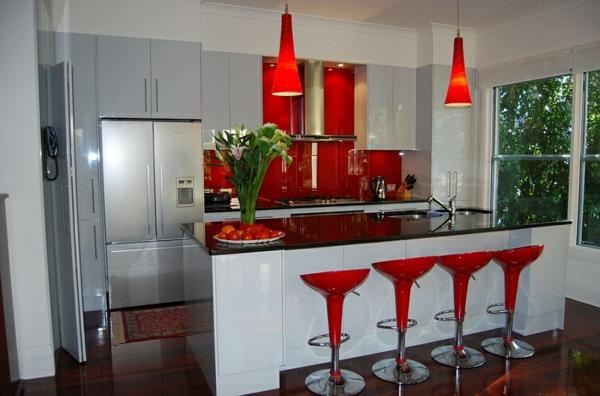 moderne küche weiße kücheninsel rote barhocker pendelleuchten