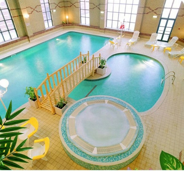 modernes schwimmbecken im innenbereich jaccuzi