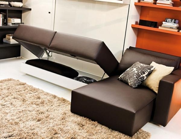 raumsparendes klappbett sofa weißer teppich oranges regal