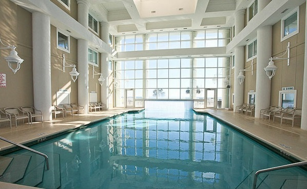 schwimmbecken im innenbereich beleuchtung