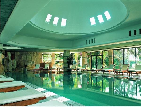 schwimmbecken im innenbereich dekorative decke liegen