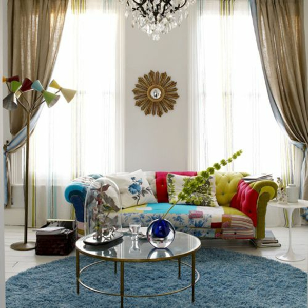 wohnzimmer farben gestaltung sommerpalette blauer teppich buntes sofa kronleuchter