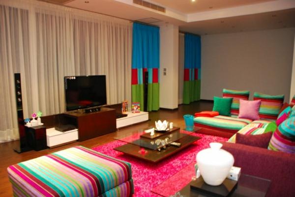 wohnzimmer design sommer farbpalette bunte gardinen rosa teppich