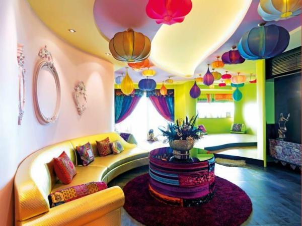 wohnzimmer sommer farbpalette bunte pendelleuchten gelbes sofa