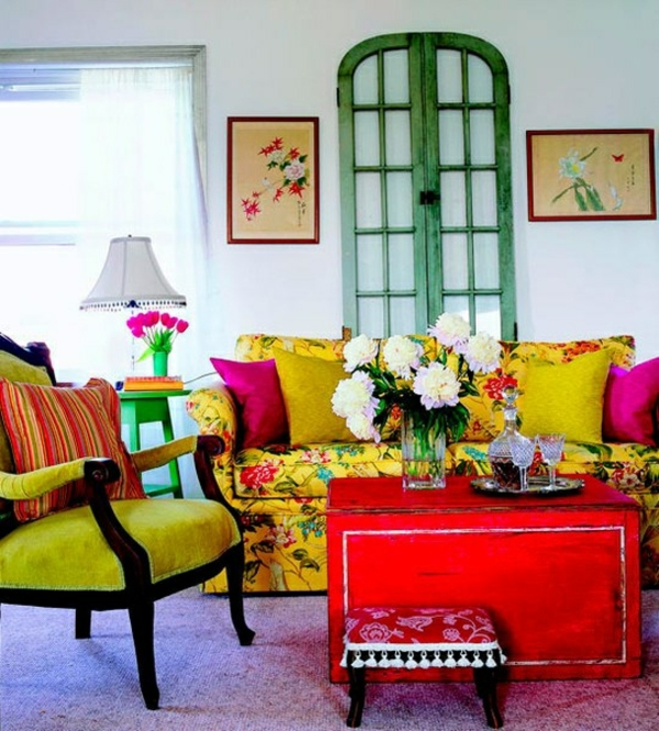 wohnzimmer sommer farbpalette buntes sofa blumenmuster roter tisch