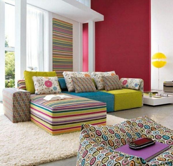 wohnzimmer farbgestaltung sommerpalette buntes sofa weißer teppich