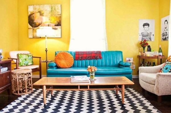 wohnzimmer sommer farbpalette gelbe wandgestaltung blaues sofa