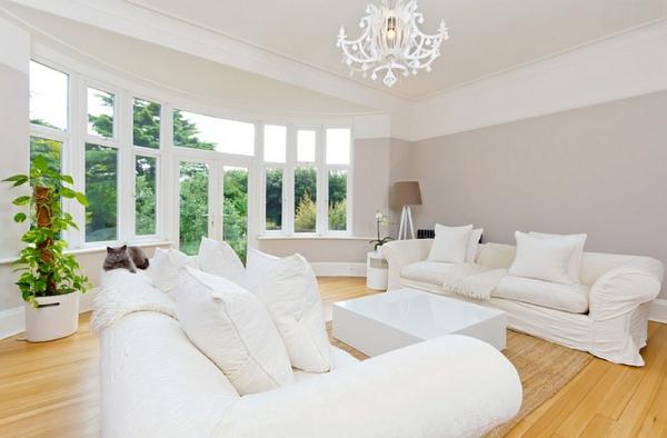 wohnzimmer gestalten beleuchtungsideen standleuchten stativlampe holzboden