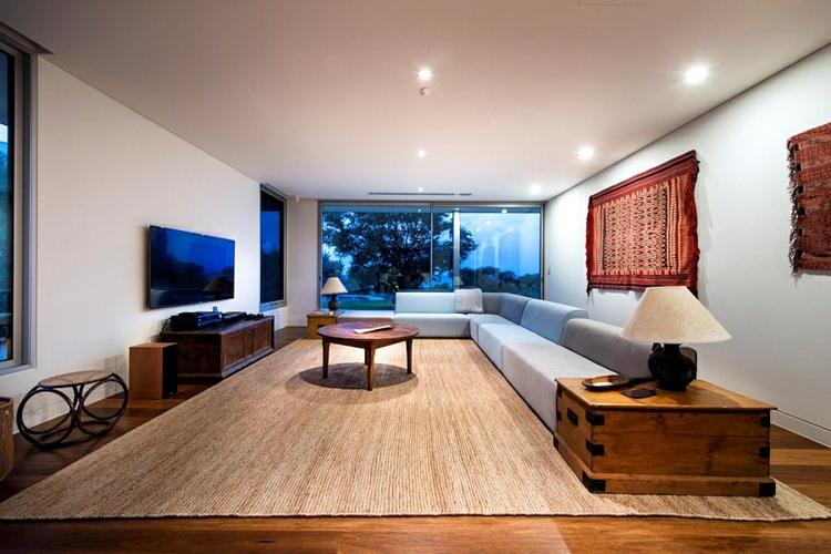 wohnzimmer im landhausstil holzmöbel holzboden rustikale wanddeko