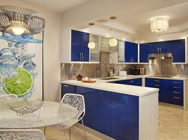 küche innendesign blau weiße möbel