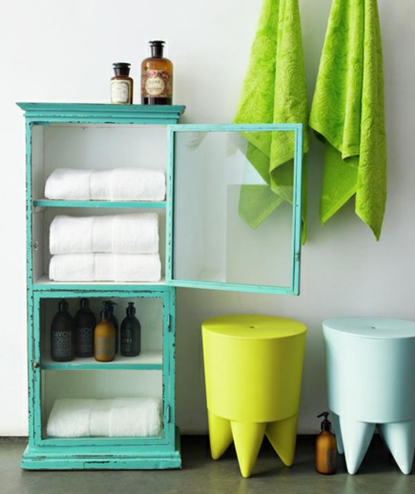 badezimmer grün muster alt regal schrank weiß tücher