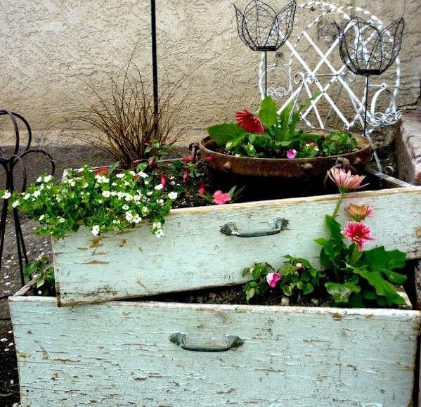 Balkonbepflanzung Ideen alte schubladen