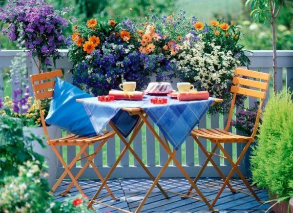 Balkonbepflanzung Ideen klappstühle tisch