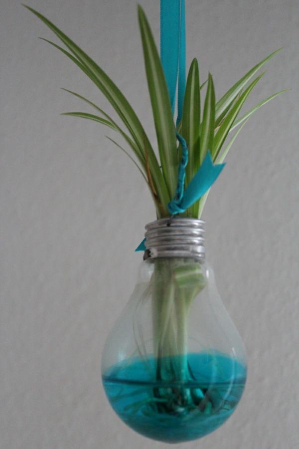 DIY Deko aus Glühbirnen blau motive