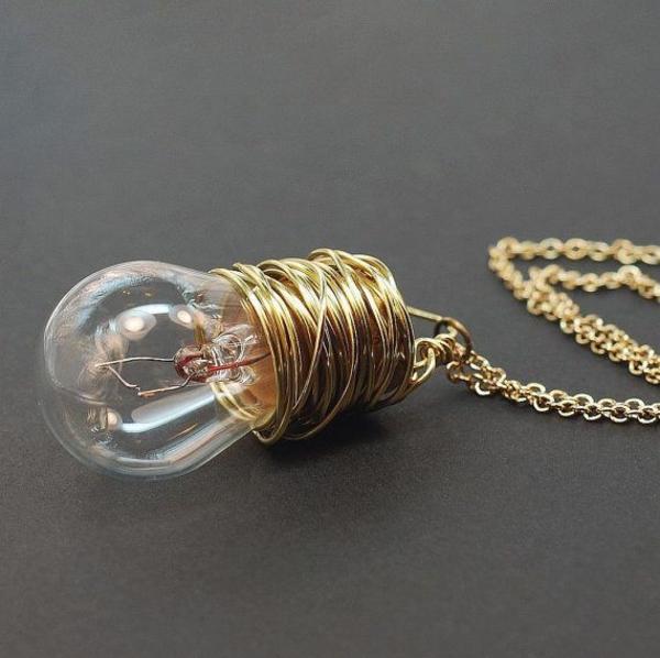 DIY Deko aus Glühbirnen golden schein ketten