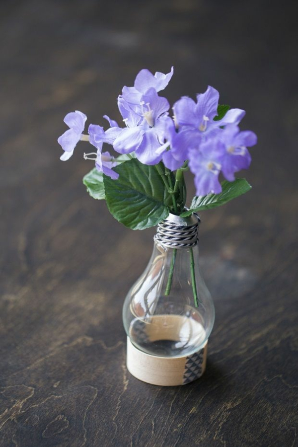 DIY Deko grün Glühbirnen lila blüten