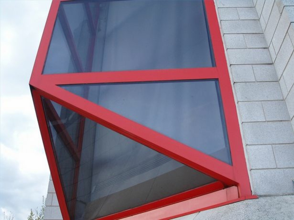 Dreiecksfenster fensterfolien rollos designs rot fensterrahmen