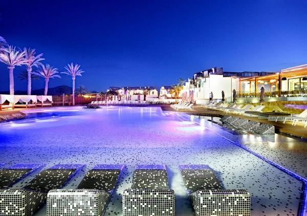 Hard Rock Hotel in Ibiza pool nacht