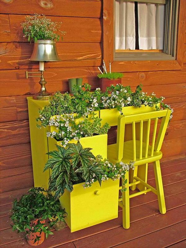 Lustige-Gartendeko-selber-machen-pflangefäße-gelb-stuhl-tisch